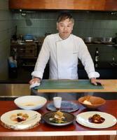 有田焼の新作の器を使った料理と山田安隆さん=西松浦郡有田町のダイニング「瑞」
