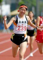 陸上女子3000メートル決勝 9分45秒49で優勝し、ガッツポーズをする唐津東の小松夕夏=SAGAサンライズパーク運動場補助競技場