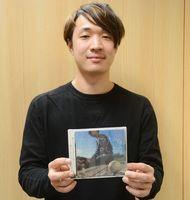 自身初のシングルCDを手にする戸渡陽太さん=佐賀新聞社