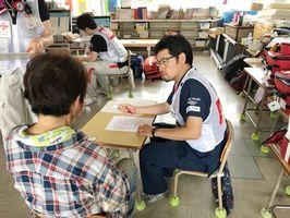 岡山県倉敷市の避難所で不調を訴える避難者を診療する医師(A-PADジャパン提供)