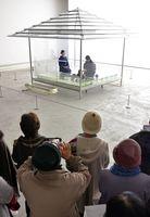 「ガラスの茶室-光庵」で、お点前を披露する古儀茶道藪内流=佐賀市の県立美術館