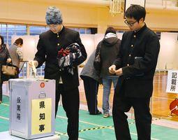 知事選で投票する10代の有権者。全体の投票率は伸び悩み、過去最低を更新した=16日午後、佐賀市の赤松小体育館
