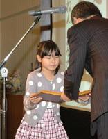 JA共済連佐賀の大串成幸本部長から賞状を受け取る金賞受賞者=佐賀市のマリトピア