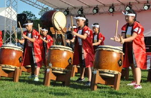 「鯱の門まつり」で演奏を披露する「佐嘉城太鼓」のメンバー=佐賀市の佐賀城本丸歴史館