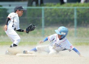 2回戦・富士町少年-加藤田町少年 盗塁する富士町少年の一走中村澪(右)=中原球場