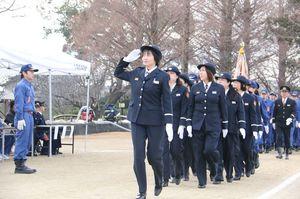 整然と行進する女性消防団員たち