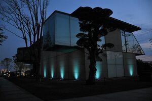 青くライトアップした「久光製薬ミュージアム」=鳥栖市田代大官町