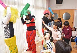 豆まき会を楽しむ子どもたち=吉野ヶ里町の三田川児童館
