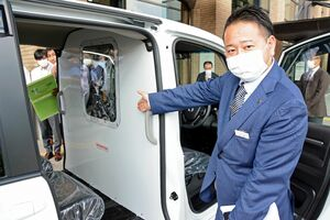 ホンダカーズ中央佐賀が県に無償貸与した移送車両。前部座席と後部座席の間にアルミ製の仕切りがある=県庁