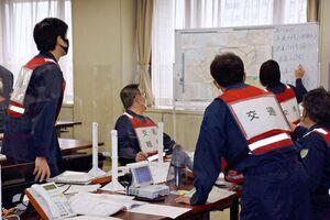 大雨による災害対応訓練で、道路状況を確認する警察官=佐賀市の県警本部