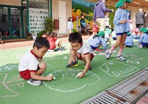 商店街の活性化と就学前の交流を目的に開かれたお絵かきイベント。子供たちが、路上に思い思いの絵を描いた=基山町のモール商店街グリーンロード