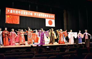 中国大連市の伝統的な衣装を披露する交流訪問団の人々=伊万里市民会館