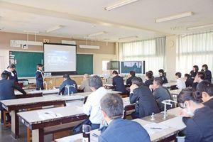 水面波の研究を発表した佐賀清和高の生徒=鹿島西部中