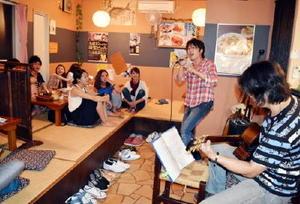 居酒屋ライブで熱唱する古賀直樹さん=有田町のキッチンなかなか家