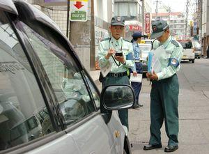 路上駐車の取り締まりに当たる監視員=平成18年6月1日、佐賀市白山