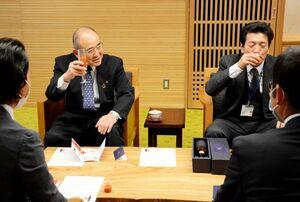 光樹とまとの最高級ジュースを試飲する秀島敏行市長(左)=佐賀市役所