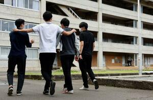 朝鮮大学校のキャンパスを歩く学生ら=17日、東京都小平市