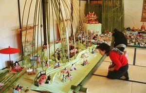 鍋島小紋のひな人形が並び、来場者はうっとりと見つめた=平成13年2月17日、旧古賀家