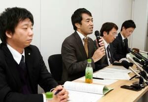 神戸市立東須磨小の教諭いじめ問題に関する調査を終え、記者会見する渡辺徹弁護士(左から2人目)ら=21日午後、神戸市