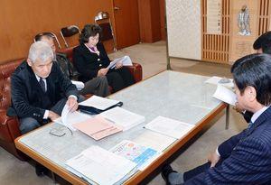 質問状の趣旨について市議会側に説明する多久市区長会の野田義雄会長(左)=多久市議会議長室