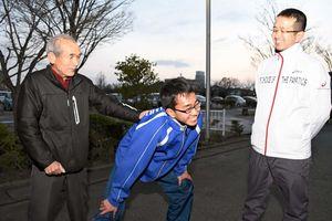 拓音選手(中央)の県内一周駅伝出場を喜ぶ祖父の敏治さん(左)と父親の紀雄さん