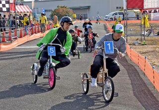 三輪車で白熱レース かみちゃりGP200人疾走