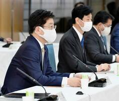 成長戦略会議であいさつする加藤官房長官(手前)=12日午後、首相官邸