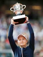 女子シングルスで優勝しトロフィーを掲げるバルボラ・クレイチコバ。四大大会初優勝を果たした=パリ(ロイター=共同)