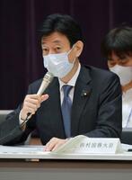 新型コロナの基本的対処方針分科会で発言する西村経済再生相=30日午前、東京・永田町