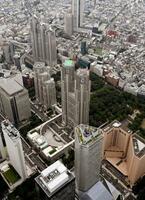 東京都庁舎(中央)と都議会議事堂(その左下)=24日、東京都新宿区(共同通信社ヘリから)