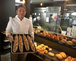 食感にこだわったパンを焼き上げる梅﨑正規代表