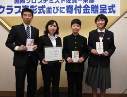 夢を生きる賞を受けた坂井美幸さん(左から2人目)と活動助成金を受けた団体の代表者たち=鳥栖市のホテルビアントス