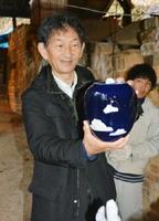 薪窯で焼いた壺の出来栄えを確認する深川製磁の深川一太社長=有田町の谷窯
