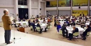 再会した市民合唱団員に「歌う会」参加を呼び掛ける山浦五郎さん(壇上)=23日夜、唐津市ふるさと会館アルピノ