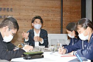 まちづくりについて、生徒の質問に答える笹川俊一さん(左から2人目)=多久市北多久町の笹川工建