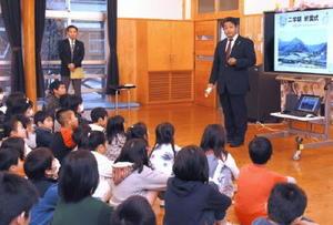 小川徳晃校長から、冬休み中に頑張ることなどについて話を聞いた終業式=佐賀市富士町の富士小学校