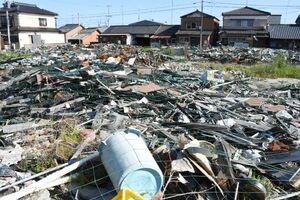 火災から1年が経過したが、家屋の残骸は撤去されず、野ざらしになっている=杵島郡大町町