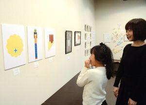 正月をテーマにした作品が並ぶ会場=佐賀市本庄町の高伝寺前村岡屋ギャラリー