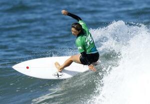 女子2回戦 波を攻める都筑有夢路=釣ケ崎海岸サーフィンビーチ