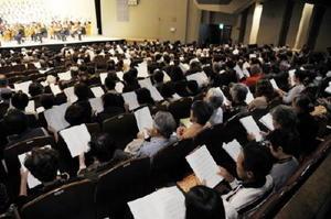 楽譜を見ながら「唐津市歌」を合唱した観客たち