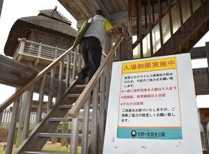 復元建物では入場制限を行い、感染防止に努める=神埼市郡の国営吉野ケ里歴史公園