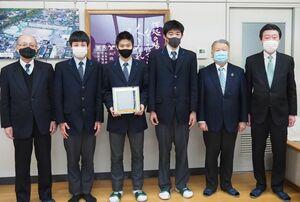 ごみ拾いボランティアなどで表彰を受けた北陵高剣道部の部員ら=佐賀市の同校
