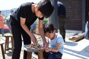 焼きたてのピザを切る子どもたち=佐賀市の小中一貫校富士校中学部