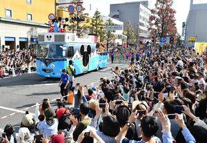 大勢の観客で埋まる中央大通りをパレードするディズニーのキャラクター=2日午後、佐賀市の白山名店街前