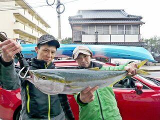 驚きの82センチのブリ  佐賀市の浦郷さん、川崎さん