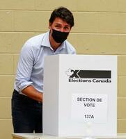 20日、カナダ・モントリオールで総選挙の投票をするトルドー首相(カナダ通信提供、AP=共同)