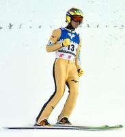 2回目で227メートルを飛び、ガッツポーズする葛西紀明。今季自己最高の6位となった=バートミッテルンドルフ(共同)