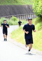 「あと少しでゴール」。最後の坂道で力を振り絞る入校生=佐賀市富士町