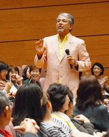 末期がんから生還した自身の体験をユーモアを交えながら語る俳優の小西博之さん=佐賀市文化会館