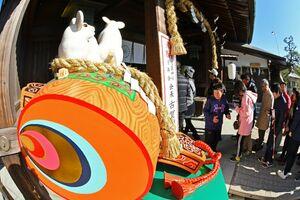縁起物の小づちの上に乗る今年の干支(えと)のねずみ=1日午前、佐賀市の佐嘉神社